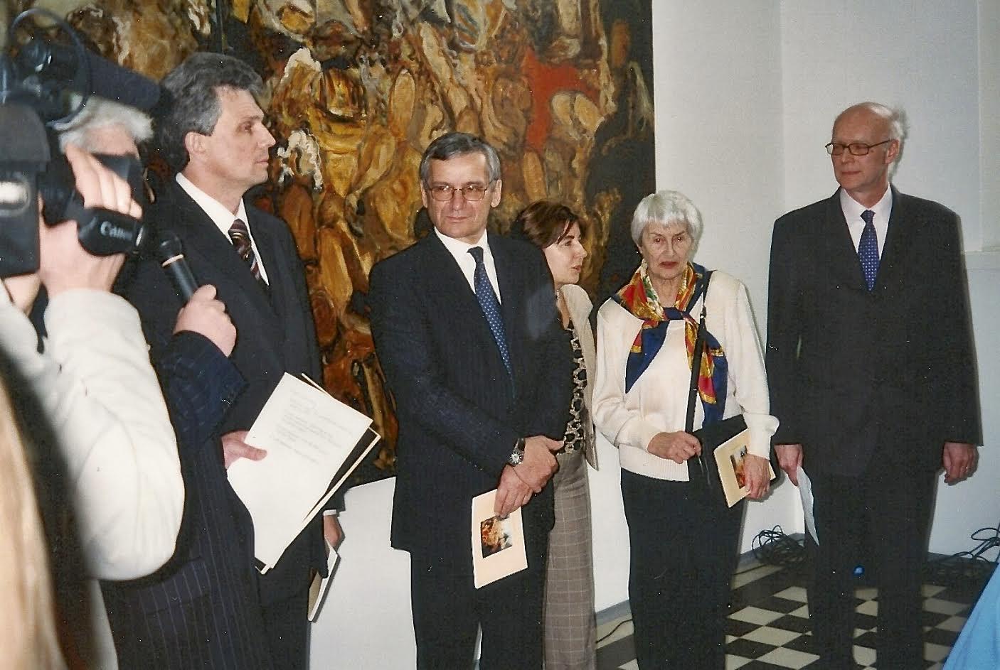 ( de gauche à droite) le ministre ukrainien de la culture, l'ambassadeur de France en Ukraine, l'interprète, Denise Kawun et Claude Haaser
