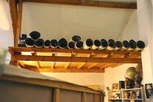 Les grands papiers roulés et empilés dans l'atelier de Montchanson