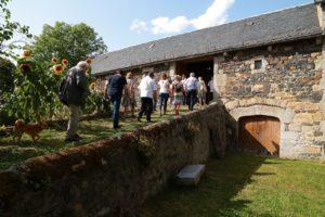 Vers la grange d'exposition à Montchanson